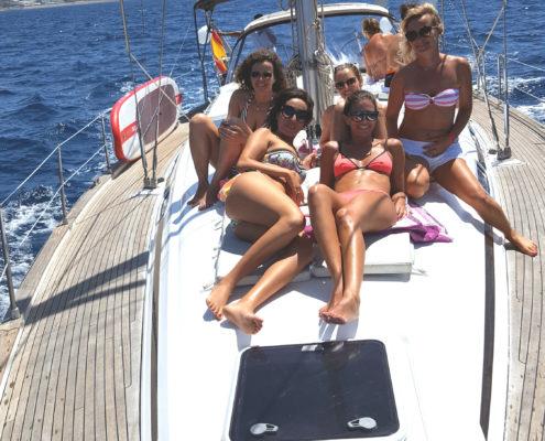 Amigos celebrando un día diferente en nuestro velero Vandross
