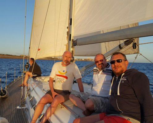 Grupo de amigos a bordo velero gay gran canaria