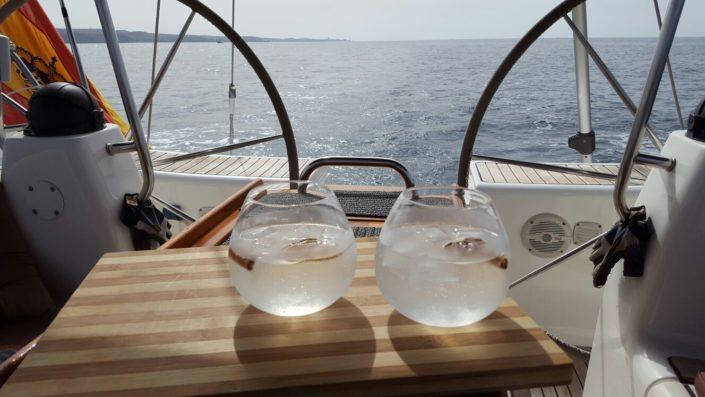 Aperitivo a bordo durante excursión velero Gran Canaria