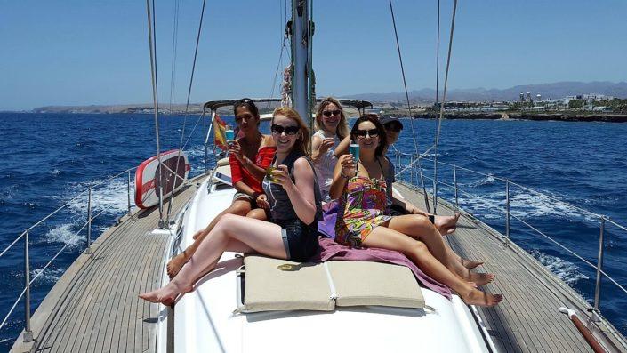 Grupo de amigas a bordo velero Gran Canaria